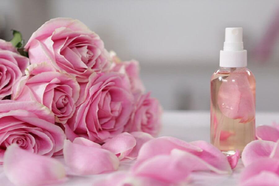 nước hoa hồng làm từ cánh hoa