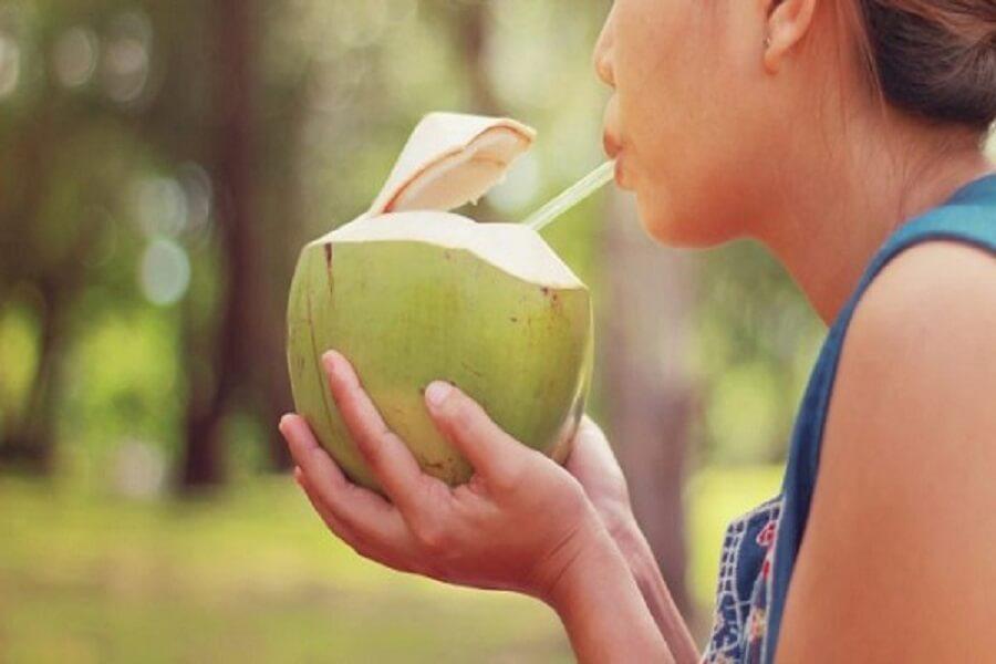 uống nước dừa tươi