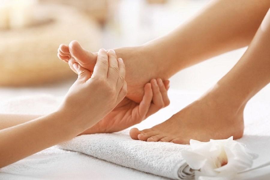 Trị đau gót chân bằng cách massage chân